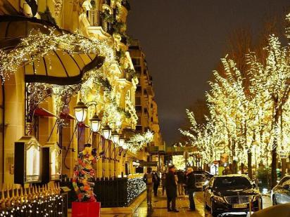 Avenue Montaigne Christmas Lights Decouvertes